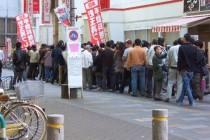 朝からパチンコやスロット店に並んでいる人達は何のために並んでるの?を解説します