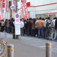 開店前のパチンコやスロット屋にいる人は何のために並んでるの?を詳しく解説します